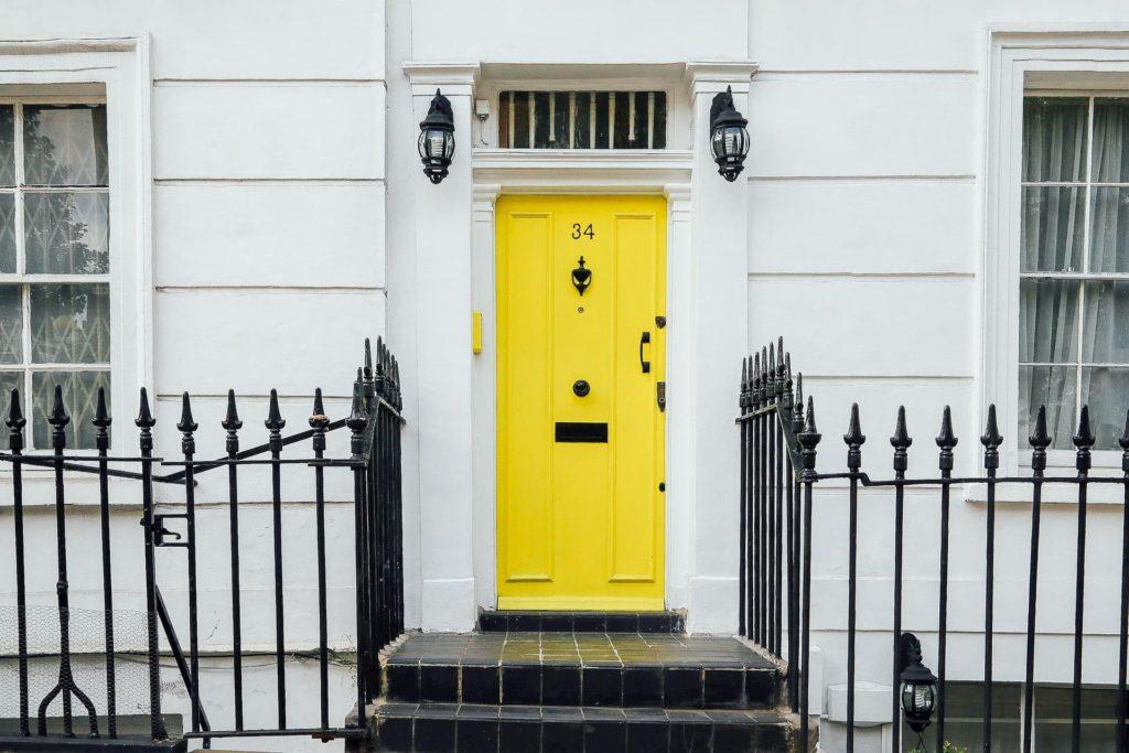 Drzwi w stylu angielskim – białe czy kolorowe