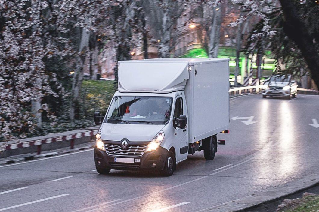 Transport chłodniczy – wszystko co musisz wiedzieć Produkty spożywcze wymagają specjalnego sposobu przewożenia. Niewiele osób zdaje sobie sprawę, że w przypadku towarów codziennie nabywanych w sklepach, charakteryzujących się krótkim okresem przechowywania, należy zastosować transport chłodniczy. Czym jest tego rodzaju transport? Za pomocą jakich pojazdów jest wykonywany? Jak zapewnić świeżość produktów? Odpowiedzi na te pytania znajdziesz poniżej. Czym jest transport chłodniczy? Chłodniczy transport międzynarodowy to rodzaj transportu produktów spożywczych. Wykonuje się go z użyciem specjalnego typu pojazdów. Ich nadwozie stanowi chłodnia, dzięki której przewożony towar ma zapewnioną odpowiednią temperaturę. W konsekwencji transport może być wykonywany na znacznie dłuższych trasach. Zastosowanie specjalistycznego środka transportu powoduje, że transport do Hiszpanii czy transport do Włoch jest w ogóle możliwy. Gdyby bowiem produkty spożywcze były przewożone zwykłymi samochodami ciężarowymi czy dostawczymi, to transportowane ładunki nie przetrwałyby, a na miejsce rozładunku dotarłyby nieświeże i w złej jakości. Warto zwrócić uwagę, że pojazdy używane w ramach transportu chłodniczego mają wiele funkcji. Podstawowa z nich to oczywiście chłodzenie, ale możliwe jest także głębokie mrożenie czy nawet ogrzewanie. Pojazdy posiadają także różne ułatwienia dla kierowców, np. funkcję zdalnego kontrolowania temperatury. Dzięki temu transport jest nie tylko bezpieczny, ale także komfortowy, a towary dojeżdżają do sklepu świeże. Nie bez znaczenia jest także, że pojazdy wykorzystywane do transportu chłodniczego muszą spełniać specjalne normy sanitarne. Fakt ten potwierdza się specjalnym dokumentem - paszportem sanitarnym. Musi on być okazywany podczas kontroli celnej, a jego brak powoduje, że poruszanie się pojazdem nie jest bezpieczne. Co więcej, określone wymogi muszą spełniać także kierowcy pracujący przy transporcie chłodniczym - konieczne jest posiadanie wysokich kwalifikacj